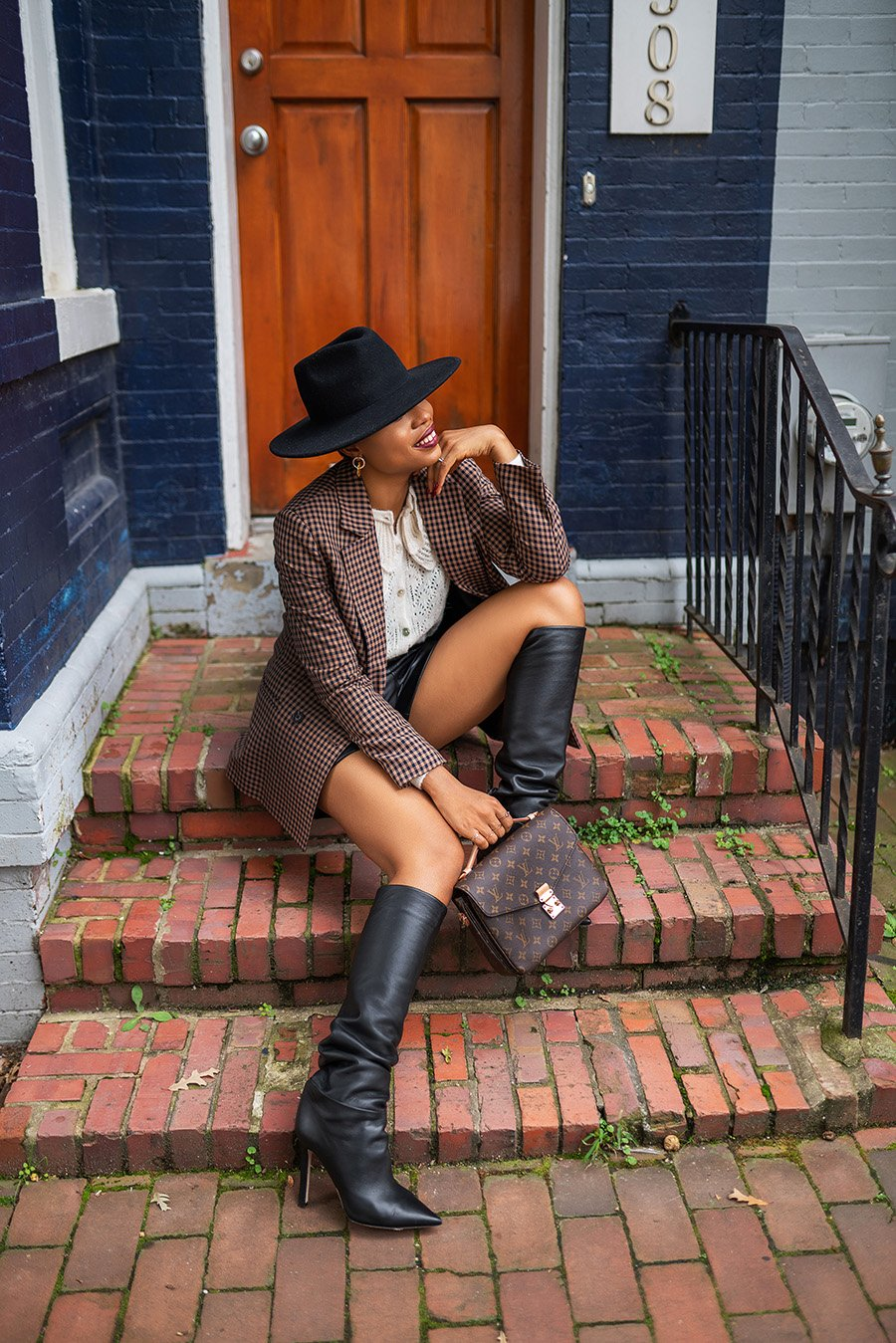 stella-adewunmi-of-jadore-fashion-blog-shares-how-to-style-leather-shorts-now